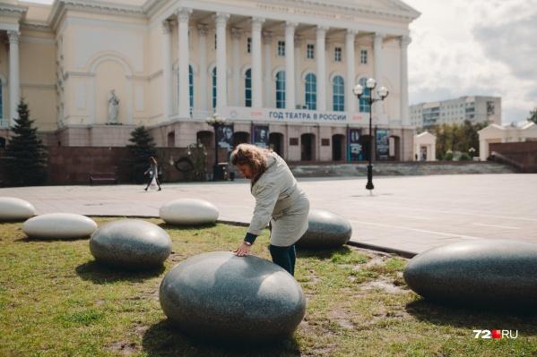 Челябинская компания решила подарить Тюмени только 4 из 14 привезенных камней