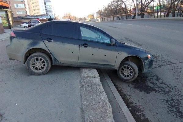 Автомобиль застрял на бордюре еще ночью