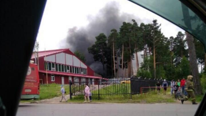 Огонь за две минуты охватил здание: в Рыбинске загорелся спортивный комплекс