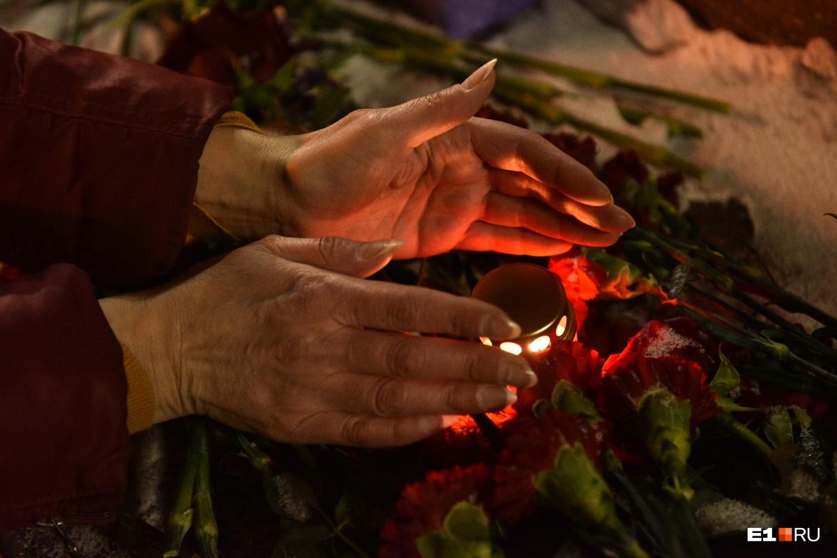 «Это убийство демонстративное и наглое»: на мемориале Немцову в Екатеринбурге побывали сотни человек