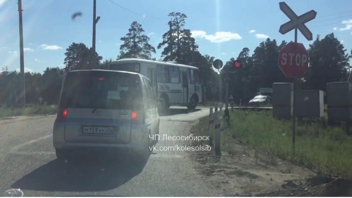 Водитель автобуса объехал пробку перед ж/д переездом и проехал его на красный свет