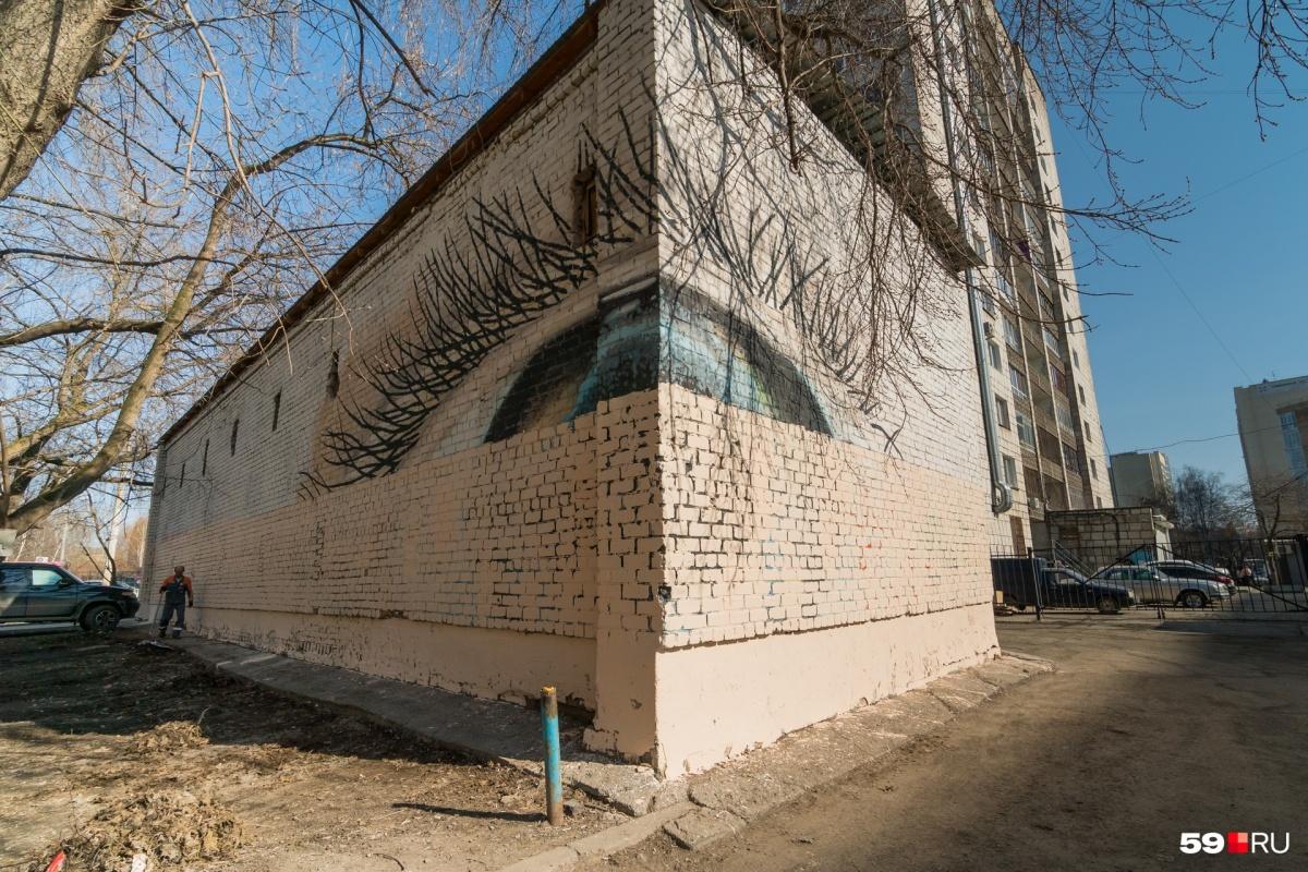 Автор граффити художник Александр Жунев умер прошлым летом. Его работы живут в разных городах, но почему-то не в Перми