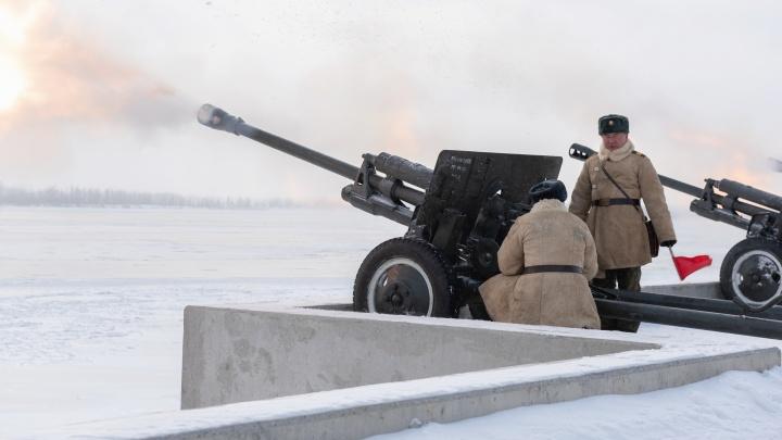 В центре Волгограда раздались три артиллерийских «Выстрела памяти» из легендарных пушек