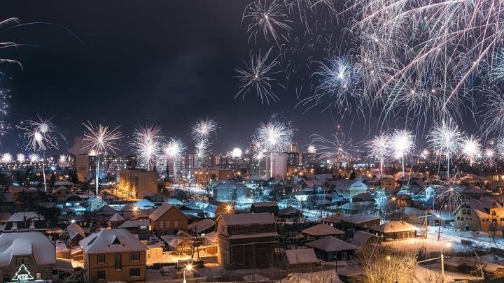 Новогодний фейерверк глазами тюменцев: подборка самых ярких фотографий и видео