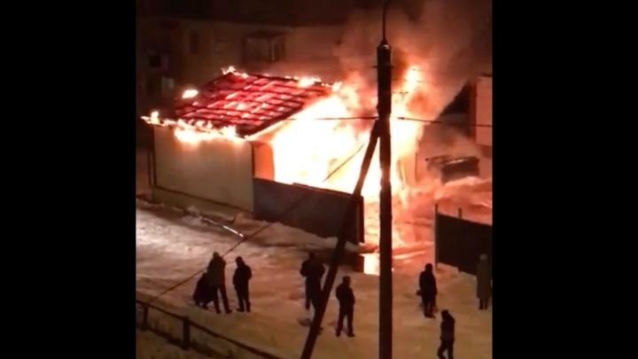 В Башкирии сгорели иномарка и гараж кондитерского цеха