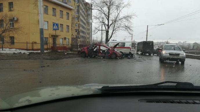 УТелецентра Омска отудара остолб ужасно искорёжило иномарку
