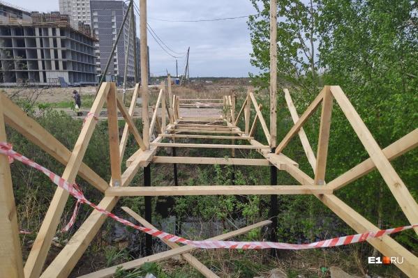 Новый мост начали строить буквально через пару дней после того, как разобрали старый