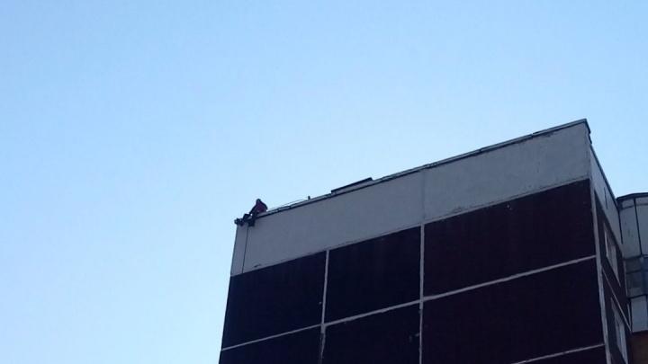 Пермские спасатели уговорили мужчину, сидевшего на крыше, спуститься через чердак