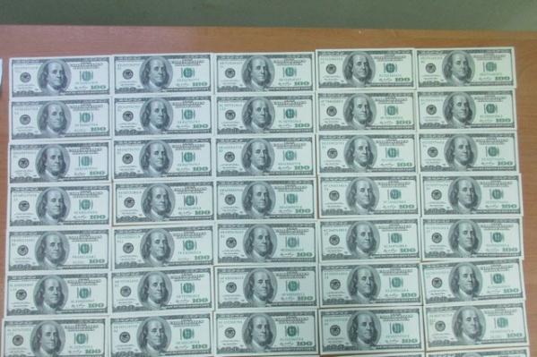 Таможенники изъяли более 70 тысяч долларов