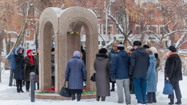На 10-летие пожара в «Хромой лошади» власти ограничились возложением цветов и автобусом на кладбище