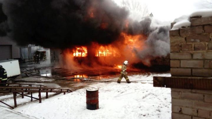 «Взрывались бочки!»: в Тольятти 95 человек тушили крупный пожар на производственном складе