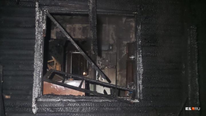 Из горящего дома в Березовском спаслись девушка с ребенком
