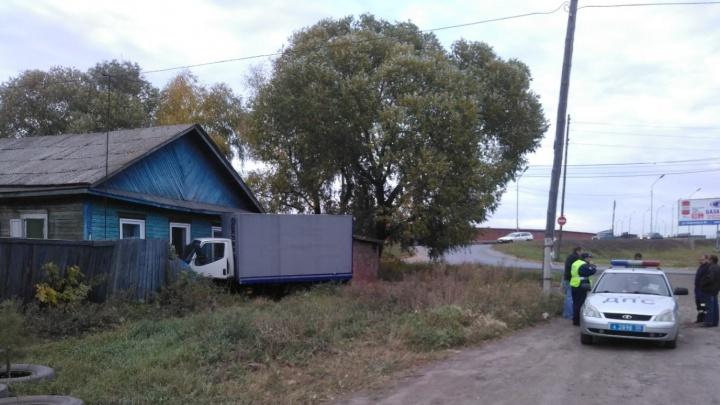 В Старом Кировске грузовик врезался в частный дом