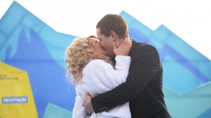 В Екатеринбурге молодожены ринулись в Октябрьский загс, чтобы пожениться 08.08.18