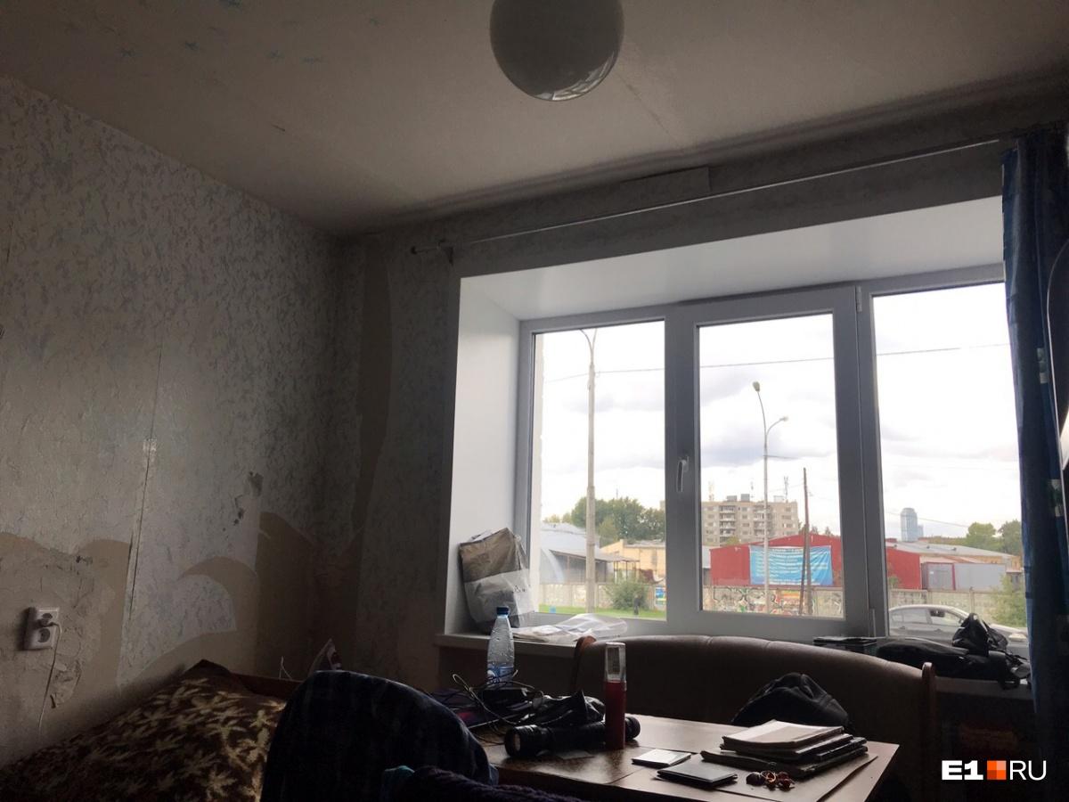 В комнатах новые окна. Но оторваны обои