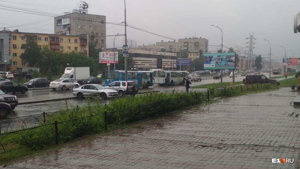 Проливной дождь затопил Екатеринбург: смотрим на последствия непогоды
