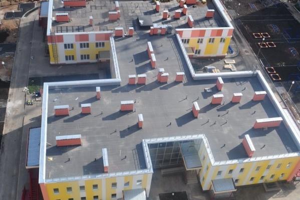 В здании четыре корпуса, объединенные между собой
