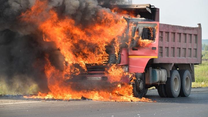 Ехал и вдруг задымился: камеры видеонаблюдения сняли, как на ЕКАД сгорел китайский самосвал