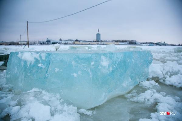Северная Двина для жителей островов иногда превращается в подобие реки Стикс — по ней провожают в последний путь