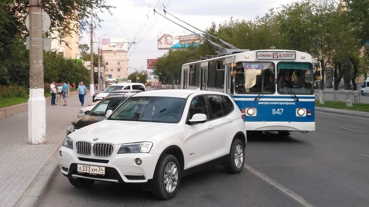 На улице Невской в Волгограде парковщики вытеснили троллейбусы с выделенной полосы