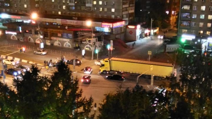 Фура столкнулась с легковушкой на пересечении Кропоткина и Красного проспекта