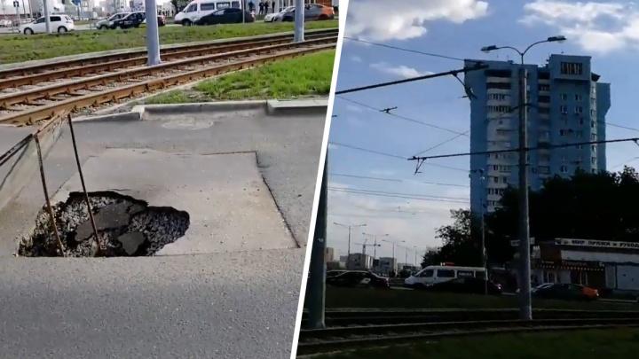 Городские и областные чиновники поспорили в твиттере, кто должен заделывать провал на Ташкентской