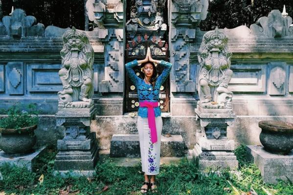 Евгения около балийского храма
