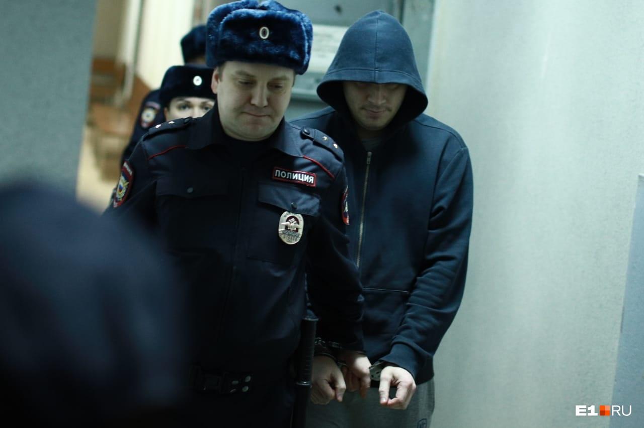 Обвиняемые во время конвоирования в суде были в капюшонах