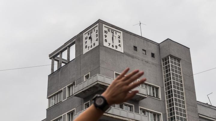 Погоду показывают: новосибирец обнаружил, что самые известные часы города обманывают прохожих