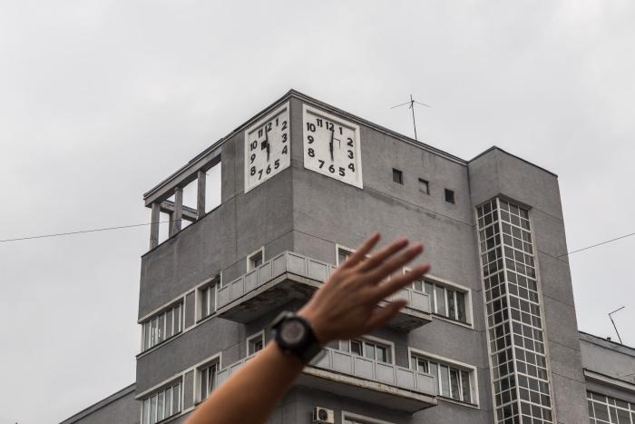 Новосибирец Андрей Морозов обнаружил, что часы на «Доме с часами» по утрам идут неправильно