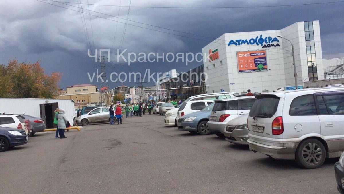 Эвакуация людей из ТЦ «Атмосфера дома»