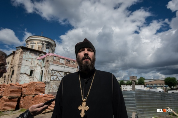 Протоиерей Евгений Попиченко является настоятелем храма на ВИЗе, который сейчас восстанавливают