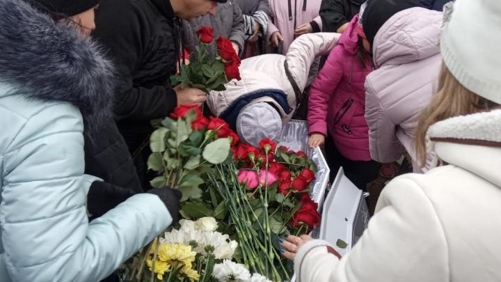 Гроб завалили цветами: на Урале похоронили Ксению Каторгину, убитую из-за Audi