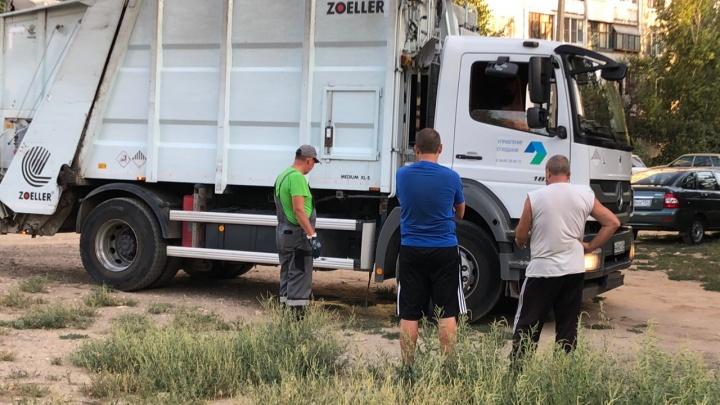 «Запахи не передать»: на юге Волгограда регоператора застукали на сливе жидкости из мусорной машины
