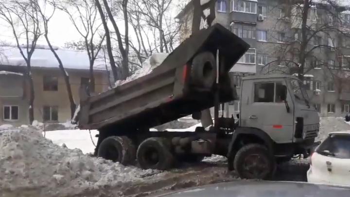 Водитель КАМАЗа устроил полигон для снега напротив магазина на Ново-Вокзальной
