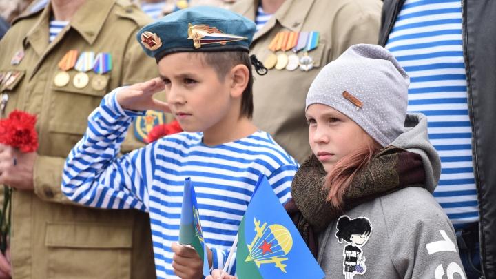 В тельняшках дети, собаки и Илья Муромец: как екатеринбургские десантники гуляли в День ВДВ