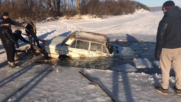 В Башкирии из-подо льда достали сразу две машины