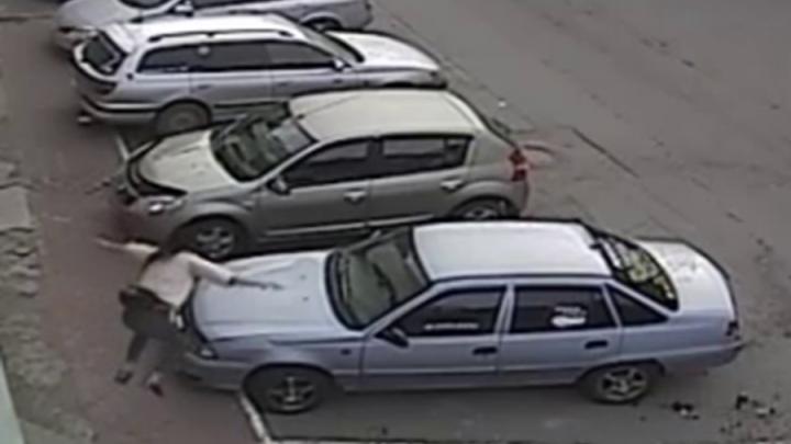 Видео: девушка устроила фотосессию с прыжками на крыше чужой машины