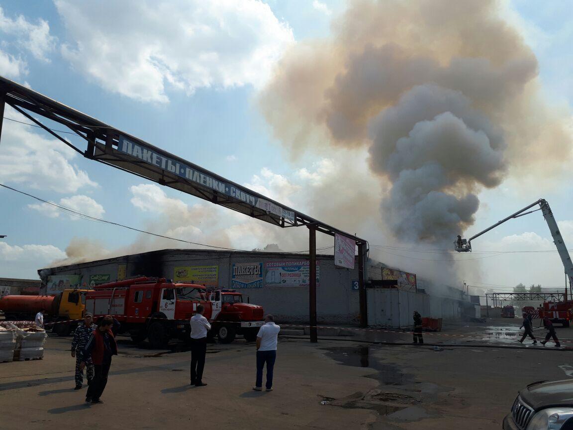 Крупный ночной пожар произошел наскладе Левобережного рынка вНовосибирске