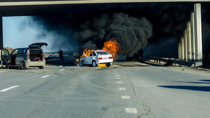 «Четырнадцатая» загорелась после столкновения с Citroen на объездной Верхней Пышмы