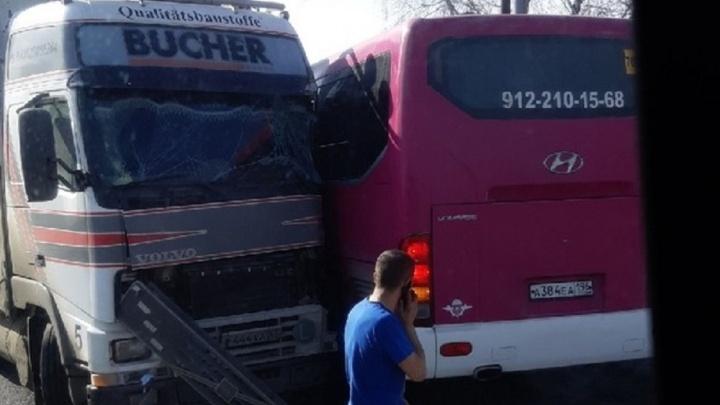 В автобус с пассажирами, ехавший из Асбеста в Екатеринбург, врезалась фура