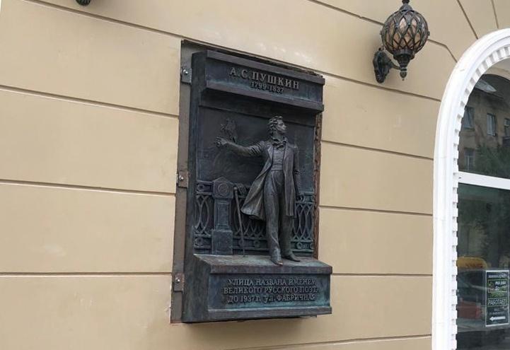 В Омске на фасаде бывшего магазина «Два поэта» появились скульптуры Пушкина и Маяковского