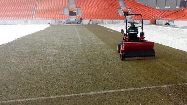 Если похолодает, то газон укроют вторым одеялом: на «Екатеринбург Арене» начали подсевать траву