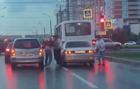 «Тренировка бойцов ММА»: двое мужчин вышли из автомобилей и дрались, пока горел красный