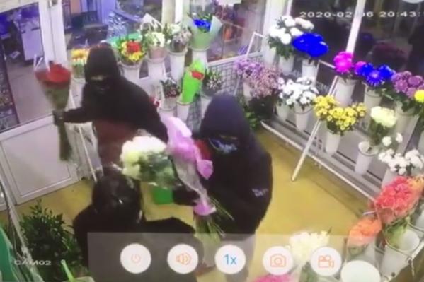 Мужчины забрали пять букетов роз на 15 тысяч рублей