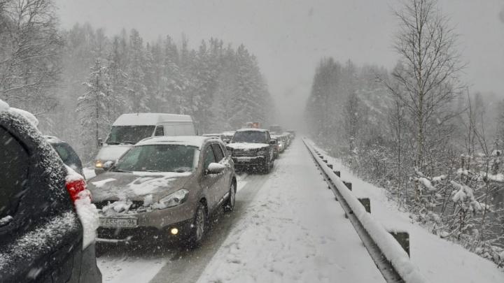 «Машины на летней резине не могут подняться в горку»: Серовский тракт встал в пробках из-за снега