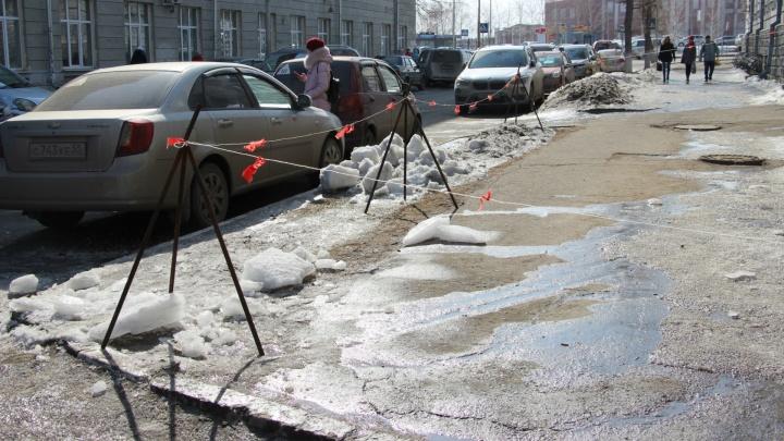 Появилось видео, как на 18-летнего омича в центре рухнула глыба льда