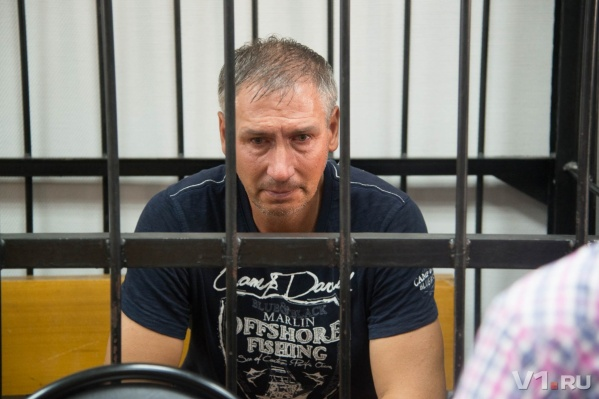 Примерять браслет Леониду Жданову приходится уже не в первый раз