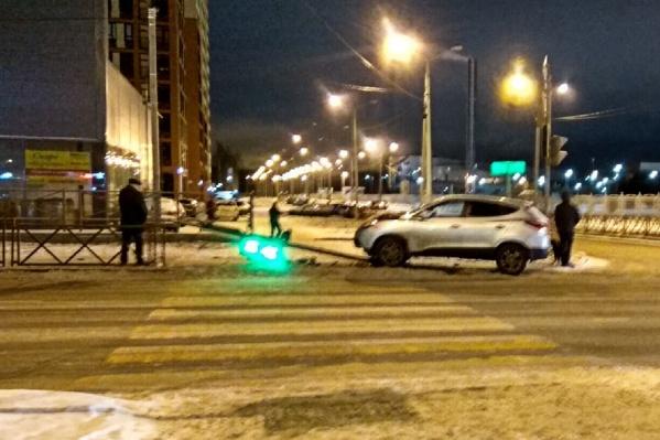 Светофор рухнул перед пешеходом