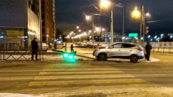 Не вписался в поворот: в Ярославле сбитый автомобилем светофор рухнул в сантиметрах от пешехода